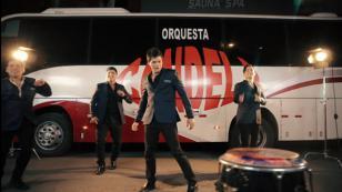 Canta 'Me vas a extrañar' a dúo con Orquesta Candela (VIDEO)