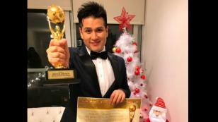 ¡Deyvis Orosco es premiado por su carrera musical y su película!