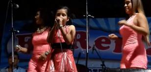 Niña cantó con Puro Sentimiento en el escenario y se robó el show